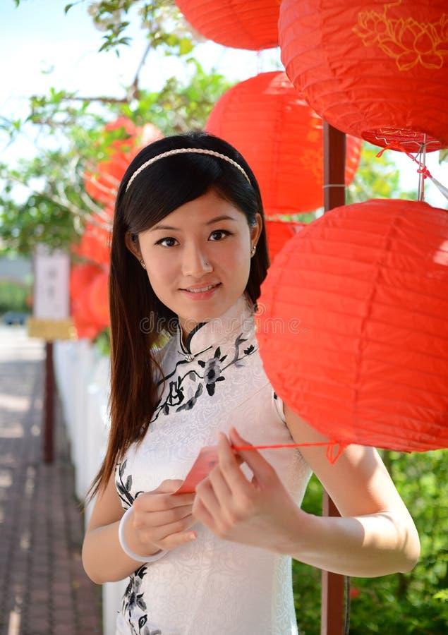 A mulher chinesa comemora o ano novo chinês imagens de stock royalty free