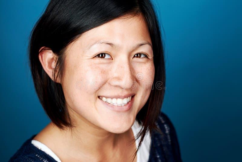 Mulher chinesa de sorriso imagem de stock