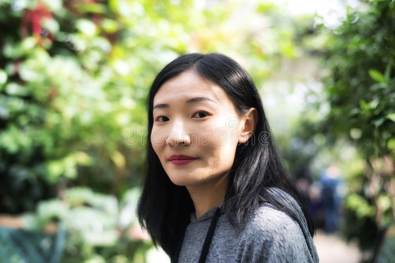 Mulher chinesa dentro de uma estufa tropical imagens de stock royalty free