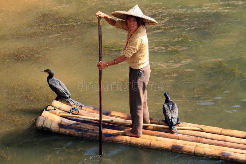 Mulher chinesa em uma jangada de bambu em Li River foto de stock