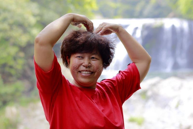 Mulher chinesa na cachoeira do shuhaipubu, adôbe rgb fotografia de stock royalty free