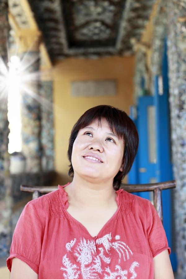Mulher chinesa na casa da porcelana.   fotografia de stock