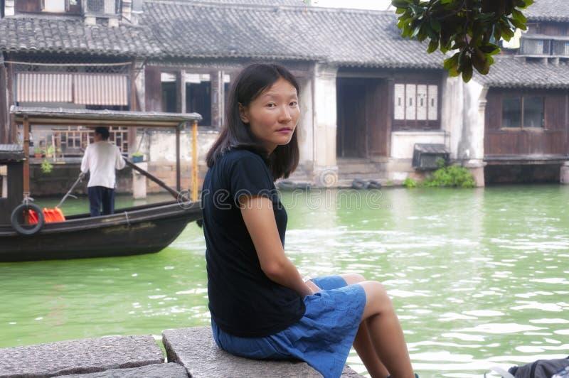 Mulher chinesa na cidade da água foto de stock