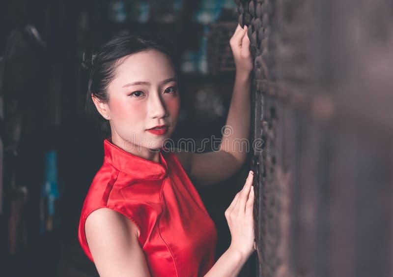 Mulher chinesa na loja industrial de a?o da haste de metal foto de stock