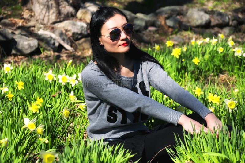 Mulher chinesa no parque do narciso amarelo imagem de stock royalty free