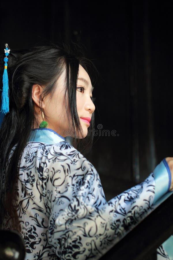 Mulher chinesa no suporte azul e branco tradicional do vestido de Hanfu nas escadas imagens de stock