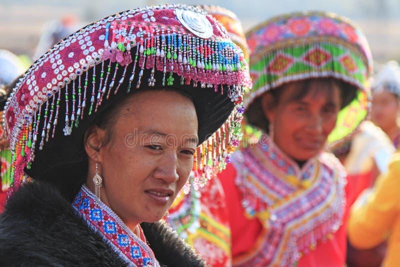 Mulher chinesa no vestuário tradicional de Miao durante o festival da flor da pera de Heqing Qifeng fotos de stock royalty free
