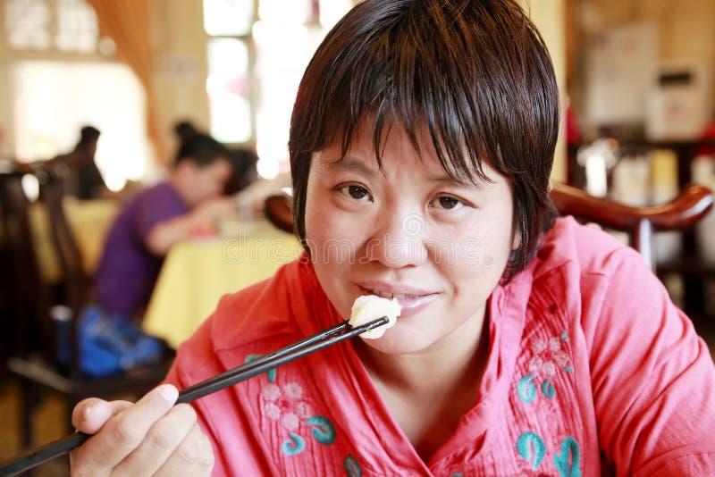 Mulher chinesa que come a refeição imagens de stock
