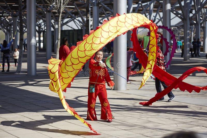 Mulher chinesa que executa a dança da fita imagens de stock royalty free