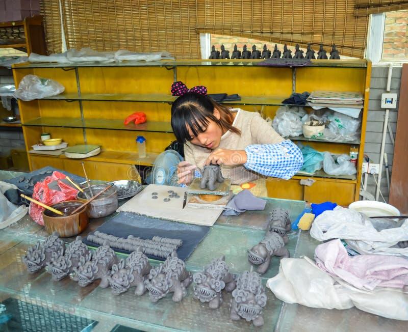 Mulher chinesa que faz estatuetas dragão-dadas forma tradicionais da argila imagens de stock royalty free