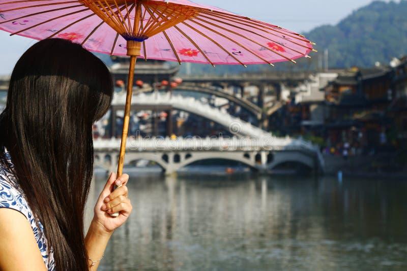 Mulher chinesa que guarda o guarda-chuva asiático tradicional imagens de stock royalty free
