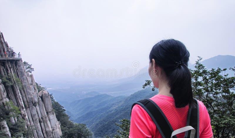 Mulher chinesa que olha para fora sobre Songshan foto de stock royalty free
