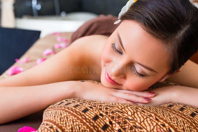 Mulher chinesa que tem a massagem do bem-estar imagens de stock royalty free