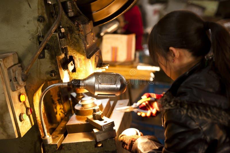 Mulher chinesa que trabalha em uma fábrica fotografia de stock royalty free