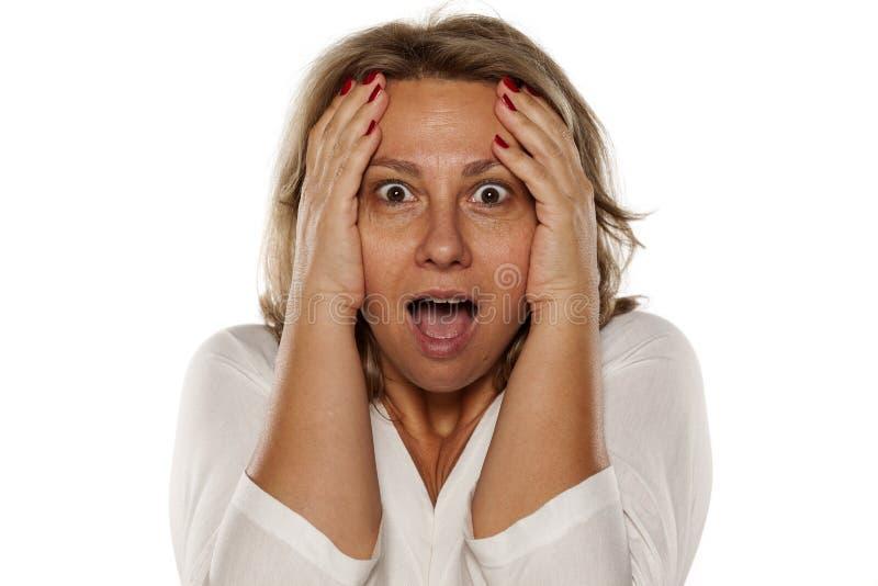 Mulher chocada de meia idade foto de stock royalty free