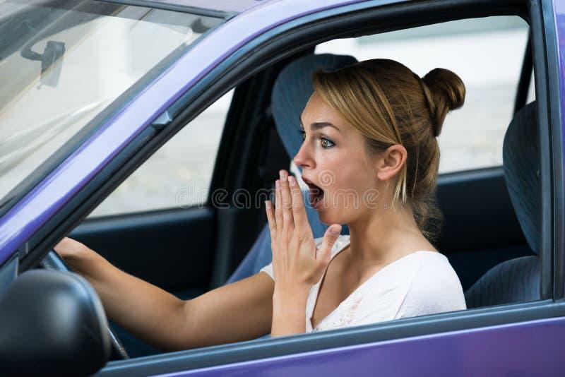 Mulher chocada que conduz o carro imagens de stock royalty free