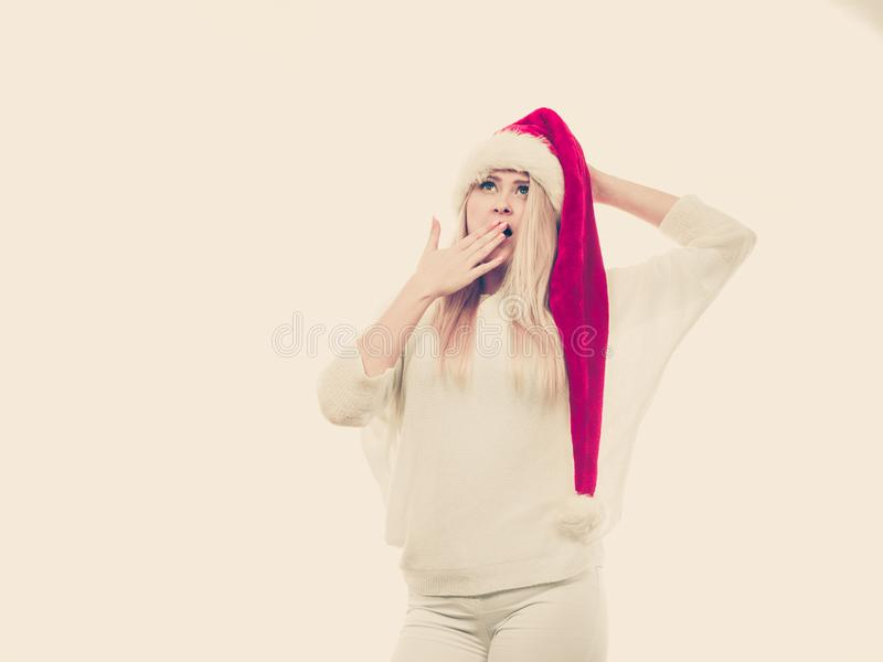 Mulher chocada que veste o chapéu do ajudante de Santa Claus foto de stock royalty free