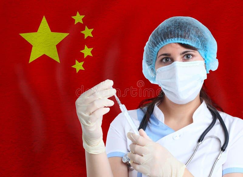 Mulher cientista com vacina para o Covid-19 contra a bandeira da China Investigação de vírus em laboratório para prevenção fotos de stock royalty free