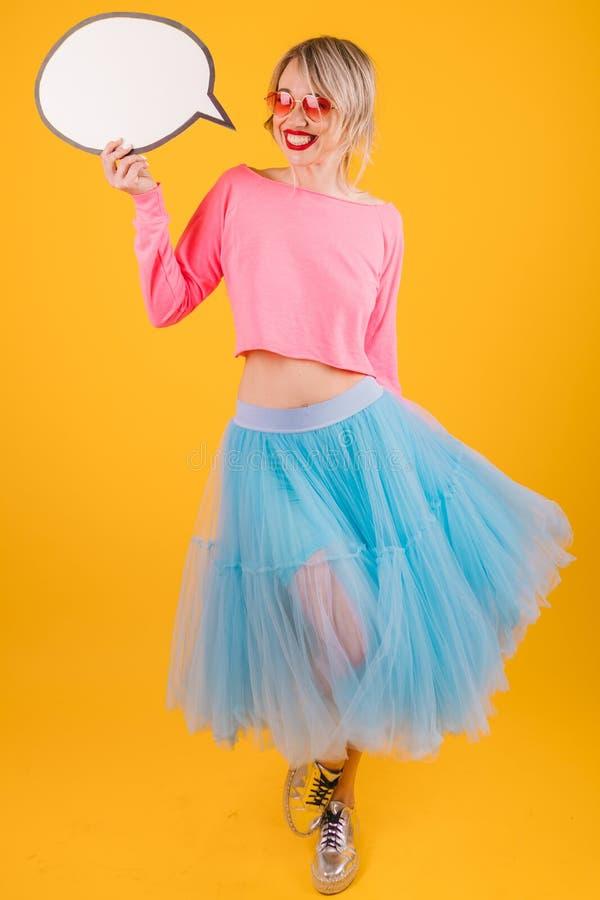 Mulher colorida emocional do vestido do fance do moderno fresco com bolha do discurso foto de stock royalty free