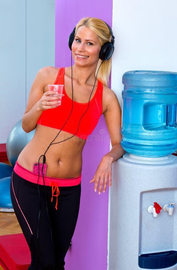 Mulher com água no gym imagens de stock royalty free