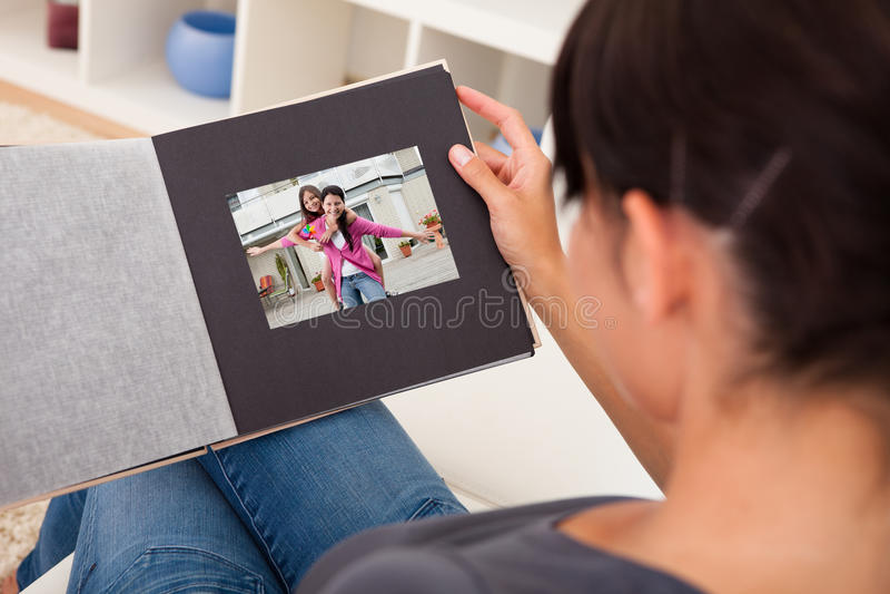 Mulher com álbum de fotografias imagens de stock