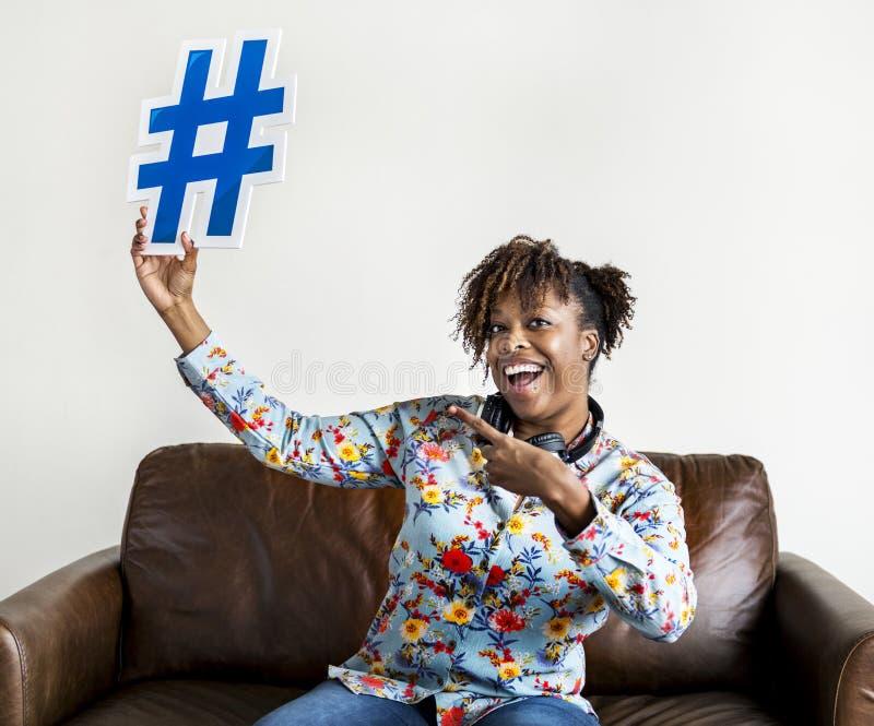 Mulher com ícone do símbolo do hashtag imagem de stock royalty free
