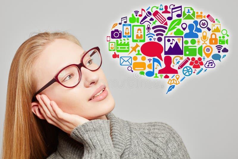 Mulher com ícones sociais dos meios em uma bolha do discurso imagens de stock royalty free