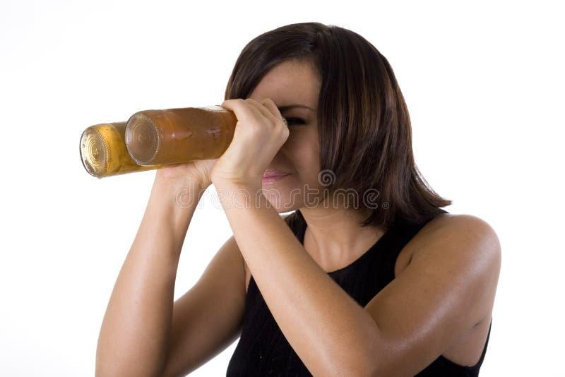 Mulher com óculos de proteção da cerveja 1. imagem de stock royalty free