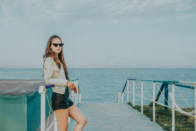 Mulher com óculos de sol fotografia de stock royalty free