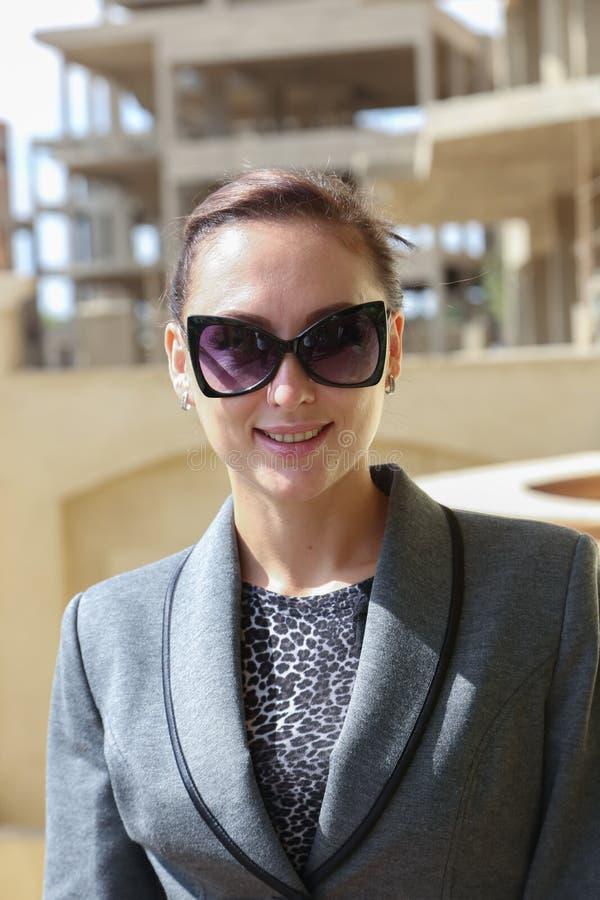 Mulher com óculos de sol foto de stock