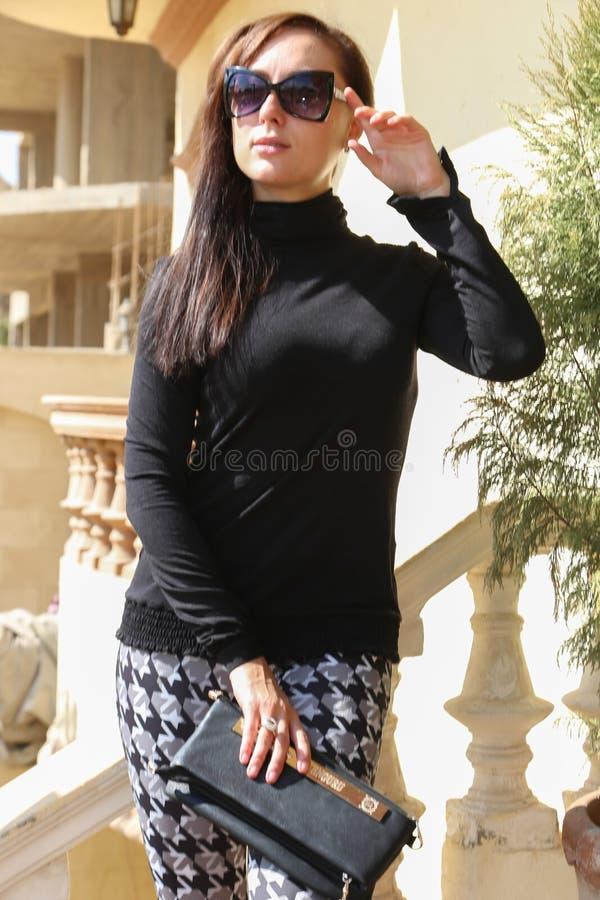 Mulher com óculos de sol fotografia de stock