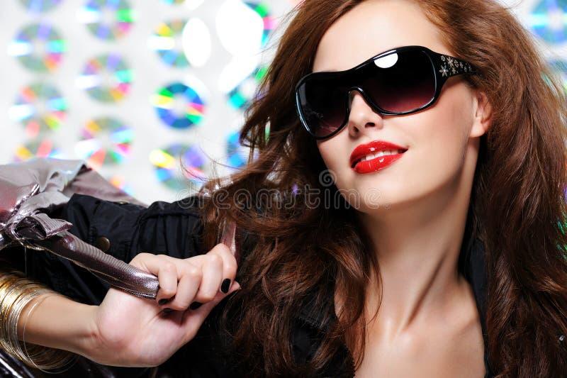 Mulher com óculos de sol e bolsa da forma imagem de stock