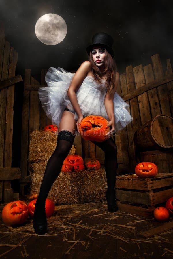 Mulher com abóbora do Dia das Bruxas fotos de stock