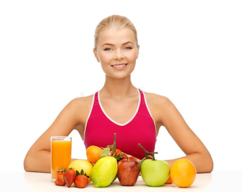 Mulher com alimento biológico ou frutos imagens de stock