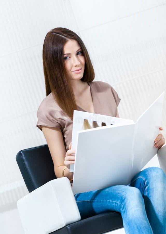 Mulher com a amostra da cor do cabelo no salão de beleza do cabeleireiro imagens de stock royalty free