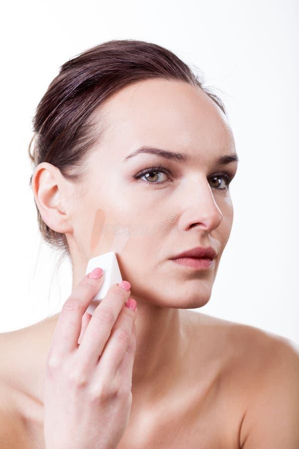 Mulher com amostras de folha fluidas na cara imagens de stock royalty free
