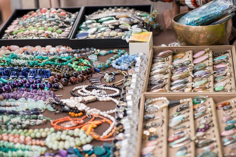 Mulher com anéis e os braceletes luxuosos de pedra preciosa foto de stock royalty free