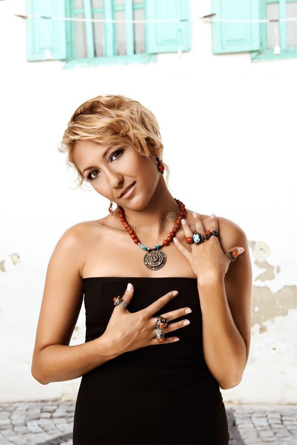 Mulher com anéis turcos do otomano fotos de stock