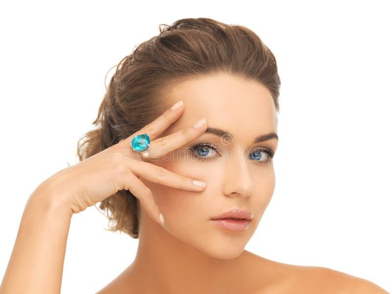 Mulher com anel azul do cocktail fotos de stock