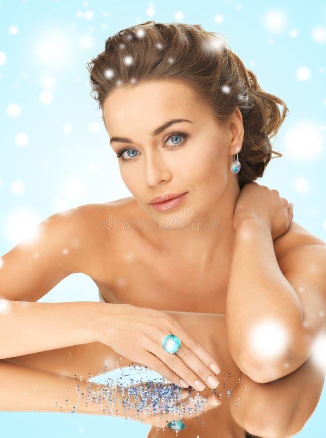Mulher com anel e pedras do cocktail imagem de stock royalty free
