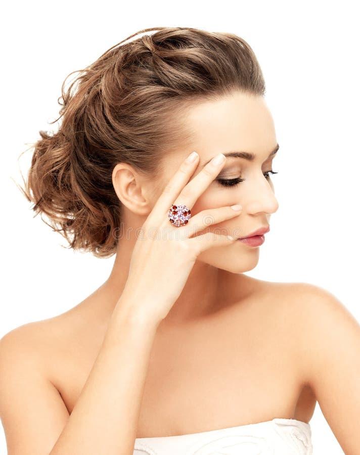 Mulher com anel roxo do cocktail imagem de stock royalty free