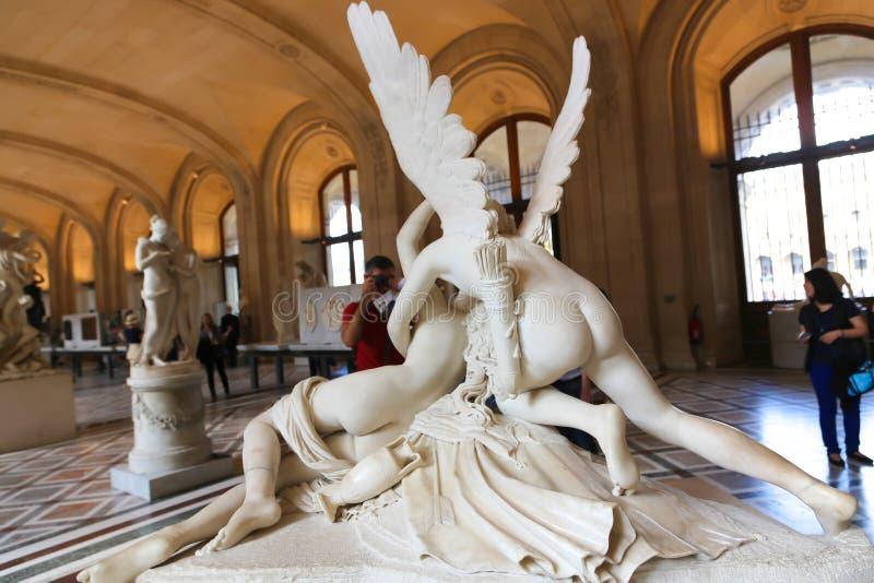 Mulher com Angel Statue - museu do Louvre - Paris imagens de stock royalty free
