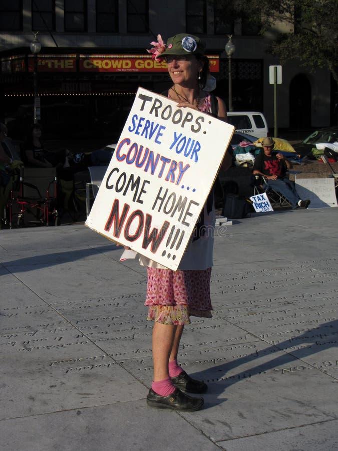 Mulher com anti sinal da guerra fotos de stock