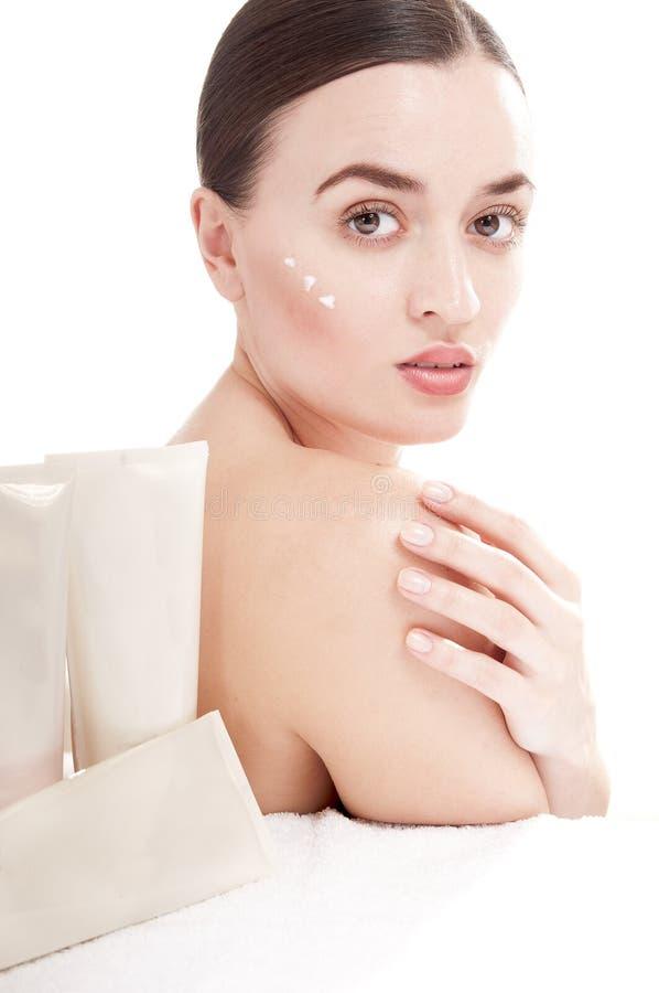Mulher com aplicação do produto de beleza. imagens de stock royalty free