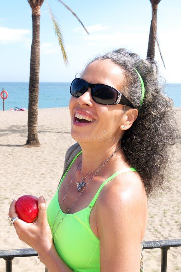 Mulher com Apple imagem de stock