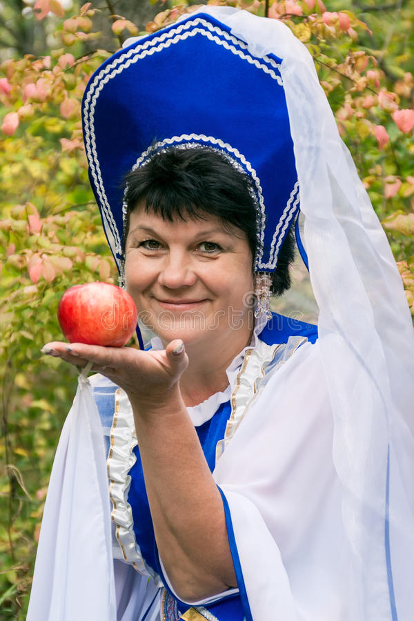 Mulher com Apple foto de stock
