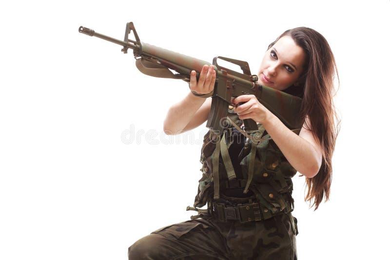 Mulher com arma - mulher bonita do exército com plástico do rifle fotografia de stock