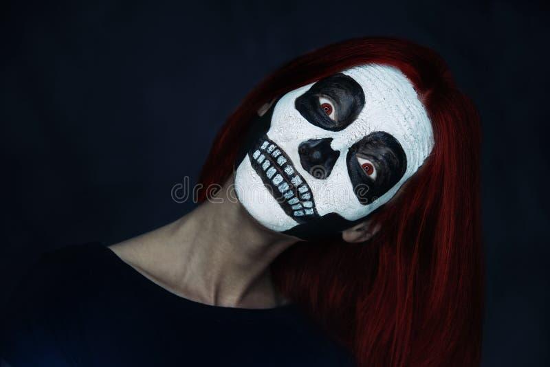 Mulher com arte da cara do crânio imagens de stock