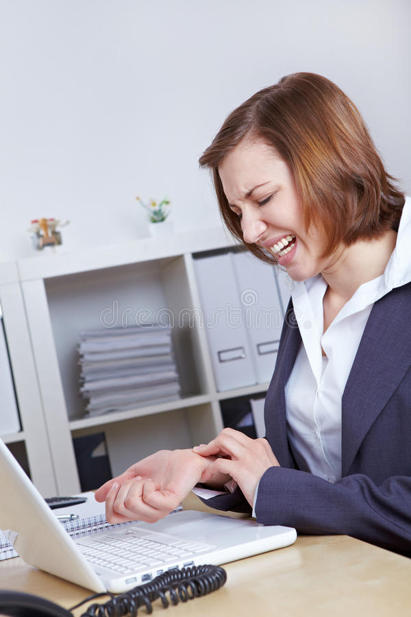 Mulher com artrite em sua mão imagens de stock