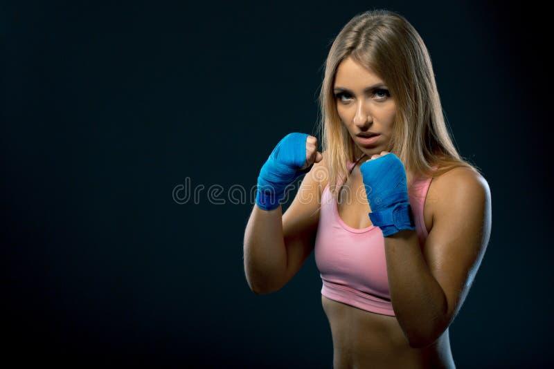 Mulher com as ataduras azuis do encaixotamento, tiro da aptidão do estúdio fotos de stock